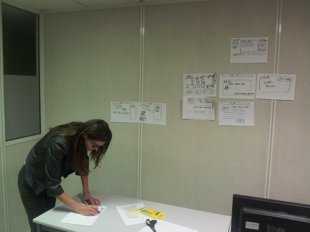Claire en pleine production du prototype papier de son projet...